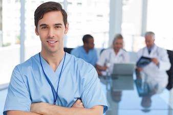 Jeune docteur, à, bras croisés