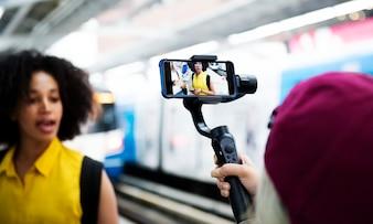 Jeune femme adulte voyageant et vlogging concept de médias sociaux