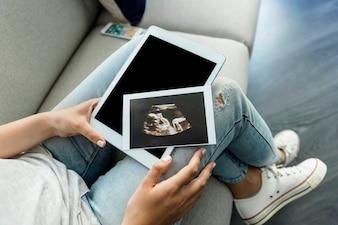 Jeune femme avec ecographie et tablette