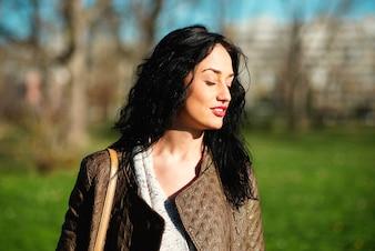Jeune femme dans le parc