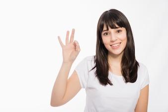 Jeune femme gesticulant bien