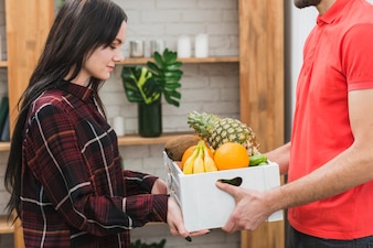 Jeune femme, prendre fruit, colis, de, courrier