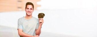 Jeune homme bronzé avec une caméra de cinéma vintage