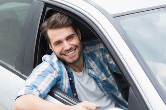 Jeune homme souriant à la caméra