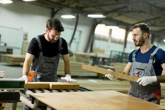 Jeunes hommes travaillant dans un atelier de bois