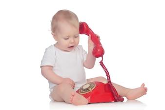 Joli bébé caucasien jouant avec téléphone