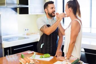 Joli couple s'alimentant dans la cuisine