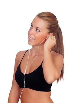 Jolie femme faisant de la remise en forme en écoutant de la musique avec des écouteurs