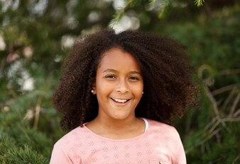 Jolie fille afro-américaine dans la rue avec des cheveux afro