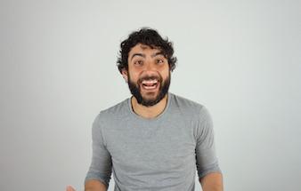 Joyeux bel homme brune avec portrait de studio barbe et cheveux bouclés