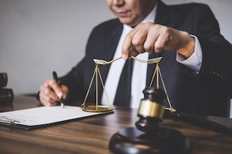 Juger un juge avec des avocats de la justice, un avocat ou un conseiller travaillant sur des documents