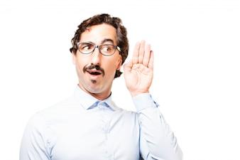L'homme avec des lunettes avec une main près de l'oreille