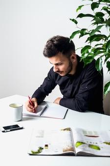 L'homme travaille dans un environnement détendu
