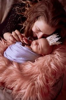 La mère assise près de sa fille