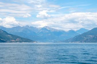 Lac de Côme avec montagnes et ciel nuageux
