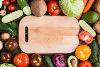 Légumes assortis autour de la planche à découper