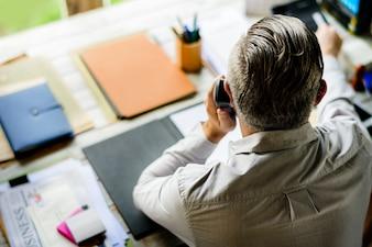 Les gens d'affaires répondant à l'appel téléphonique