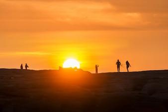 Les gens et le lever du soleil
