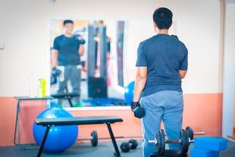Les hommes exercent un haltère dans le centre de remise en forme gym gym fitness