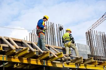 Les travailleurs qui examinent le travail