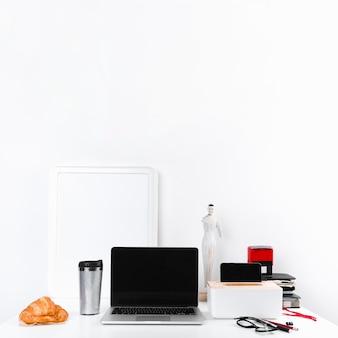 Lieu de travail avec gadget et papeterie