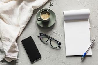 Lieu de travail avec smartphone et bloc-notes vide