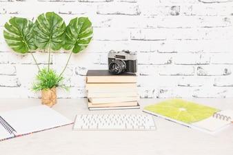 Lieu de travail créatif avec des livres et un appareil photo