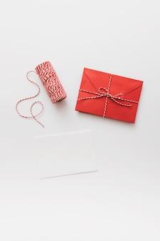 Livre blanc avec enveloppe
