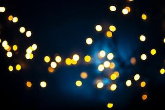Lumières lumineuses sur fond bleu foncé