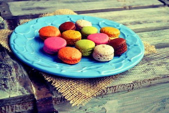 Macarons colorés dans une assiette