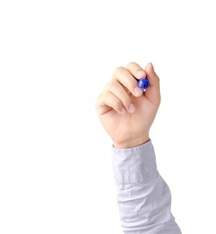 Main d'homme d'affaires jeune écrivant avec le stylo bleu