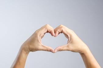 Main faisant un concept de geste de forme de coeur, d'amour et de relation