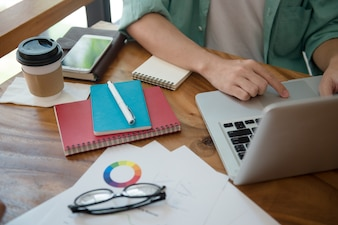 Mains mâles affaires, dactylographie, sur, a, clavier ordinateur portable, sur, bureau, à, a, tasse café