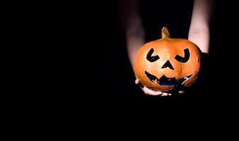 Mains, tenue, décoratif, halloween, citrouille