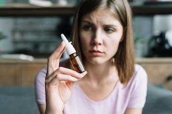 Malade, femme, tenue, spray nasal, main