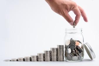 Mâle main mettant des pièces de monnaie dans le récipient avec l'étape de pile d'argent croissant la croissance économisant l'argent, Concept finance bu