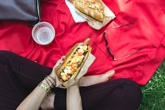 Manger un hot dog en pique-nique