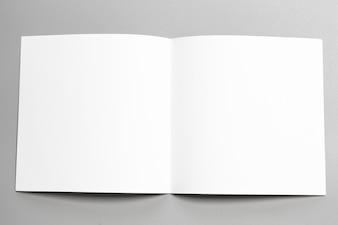 Maquette de portrait vierge. magazine de brochure isolé sur fond gris et changeable