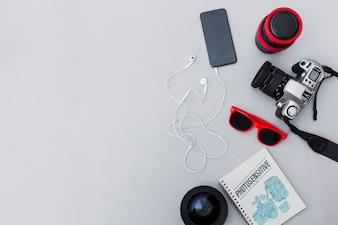 Matériel photographique avec téléphone portable sur fond gris