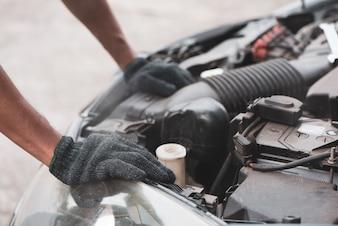 Mécanicien automobile travaillant dans un garage. Service de réparation automobile