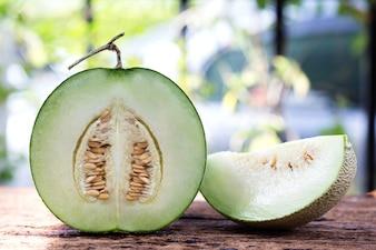 Melon vert doux sur table en bois.