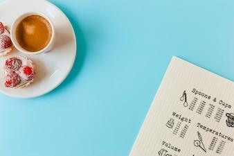 Menu; tarte aux fruits maison et tasse de café sur la plaque sur le fond bleu