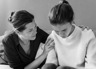 Mère consolant sa fille triste