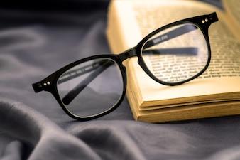 Mise au point sélective de lecture lunettes avec livre ouvert