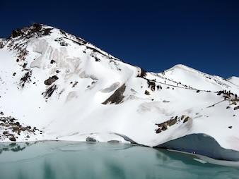 Montagnes enneigées parmi les nuages et glaciaire