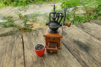 Moulin à café vintage sur une table.