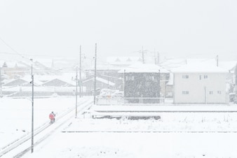Neige blanche fraîche tombant en hiver à Kawaguchiko, Japon