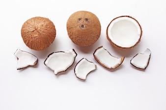 Noix de coco sur un fond blanc.
