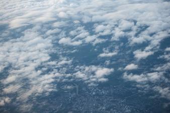Nuages et ciel vu à travers la fenêtre d'un avion