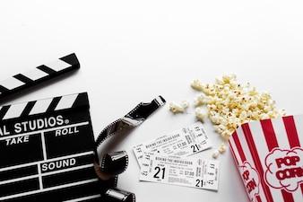 Objets de film sur fond blanc